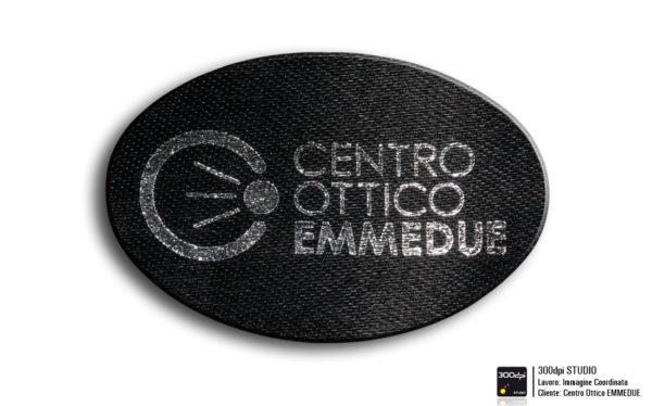 Etichetta in raso nera con stampa in argento per applicazione all' interno degli astucci. Formato 45x30 mm