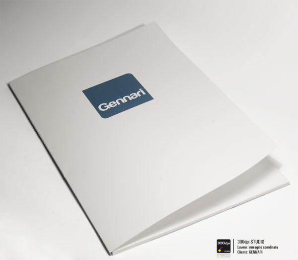 Cartellina personalizzata Gennari srl. Carta patinata opaca da 300gr con verniciatura protettiva, dimensioni 22,5 x 32 cm (chiusa) 45,5 x 32 cm (aperta)