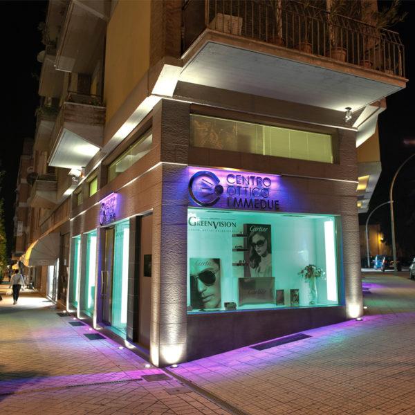 Foto insegna centro ottico EMMEDUE illuminazione viola