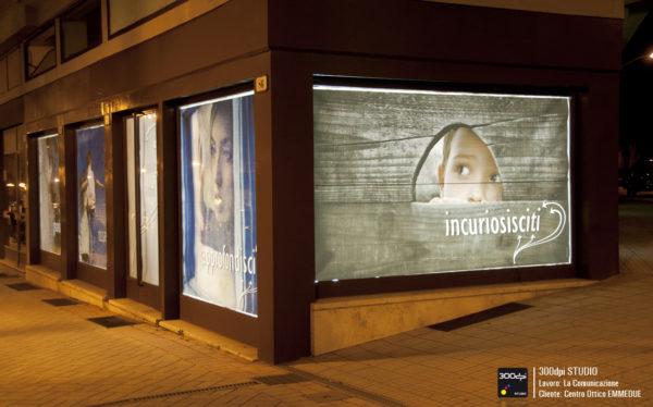 Foto notturna delle 5 vetrine retroilluminate che si affacciano sul viale principale.