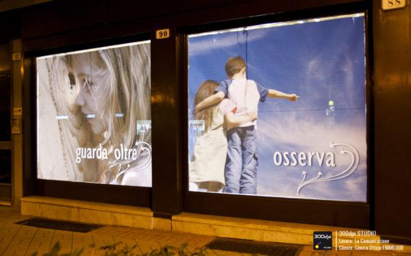 Foto notturna delle vetrine sulla via principale retroilluminate.