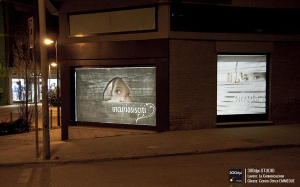 Foto notturna delle vetrine ad angolo retroilluminate.
